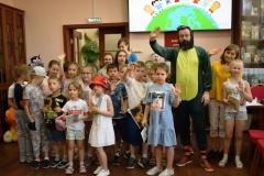 Маленькие дети на большой книжной планете